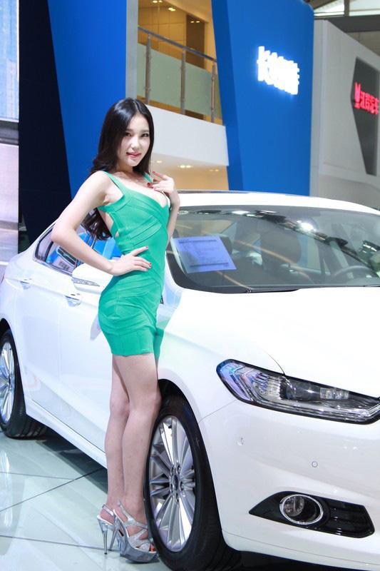 诱人少女在西安国际车展云集 性感车模-第1张