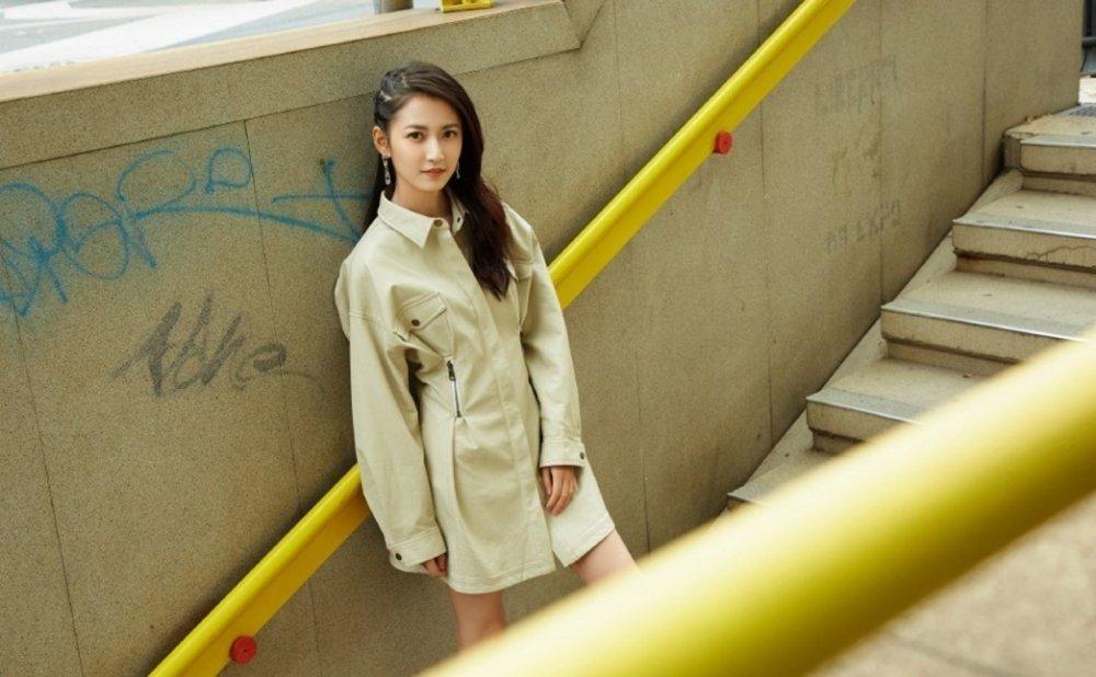 气质小美女陈钰琪连体工装服帅气街拍写真图片 街拍美女-第1张