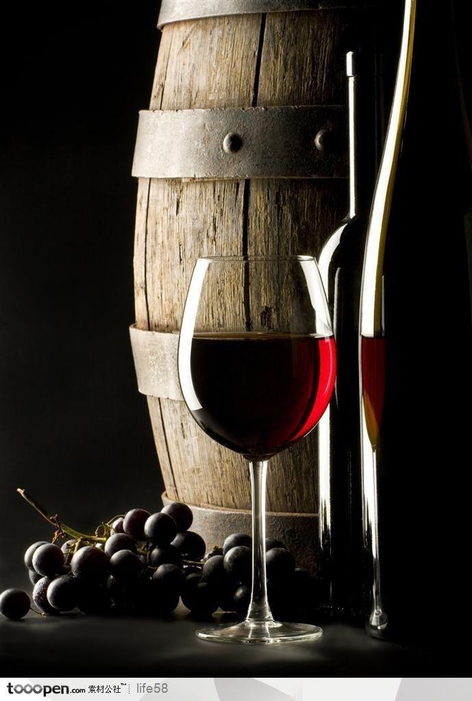 木桶旁的红酒杯 美食图片-第1张