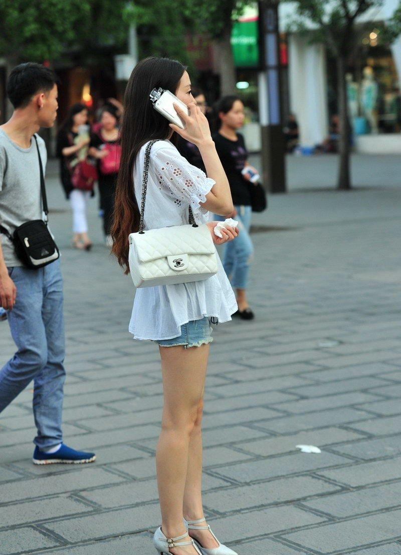 步行街牛仔短裤美女街拍美腿高跟迷人 街拍美女-第1张