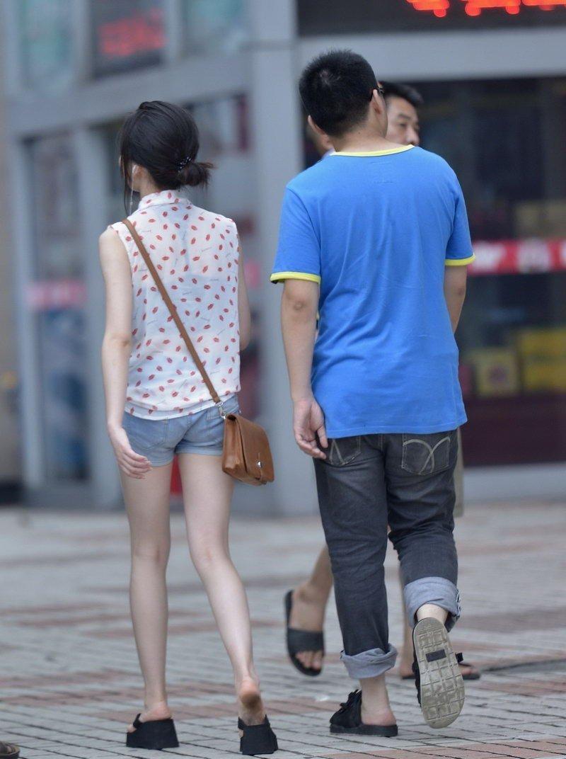 牛仔短裤美女街拍长腿迷人 街拍美女-第1张