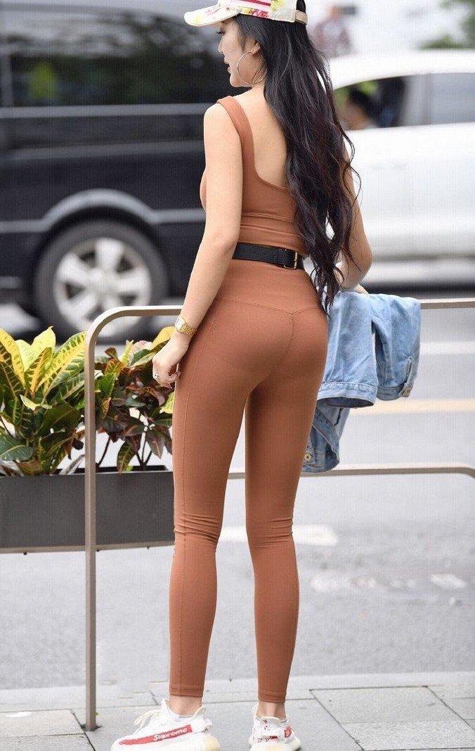 穿瑜伽服的丰满少妇性感迷人街拍图片 街拍美女-第1张