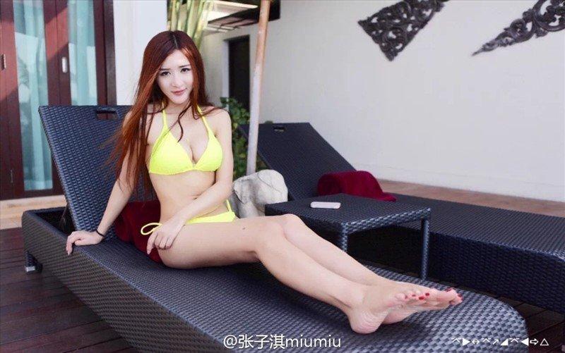 丸子头美少女吊带热裤美腿玉足摄影 美女自拍-第1张
